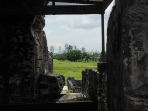 Panama Viejo - Die Ruinen der ersten Siedlung der Spanier sind teilweise noch vorhanden und stehen in grossem Gegensatz zu der heutigen modernen Megacity.