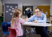 Entwicklungspsychologe Luciano Gasser führte seine Einzelinterviews mit den Kindern auf Augenhöhe. Knapp 500 vom Kindergarten bis zum Ende der Primarschule interviewten er und sein Team. Dabei zeigte sich, dass die Kinder die Ausgrenzung zunächst durchwegs als falsch empfanden.