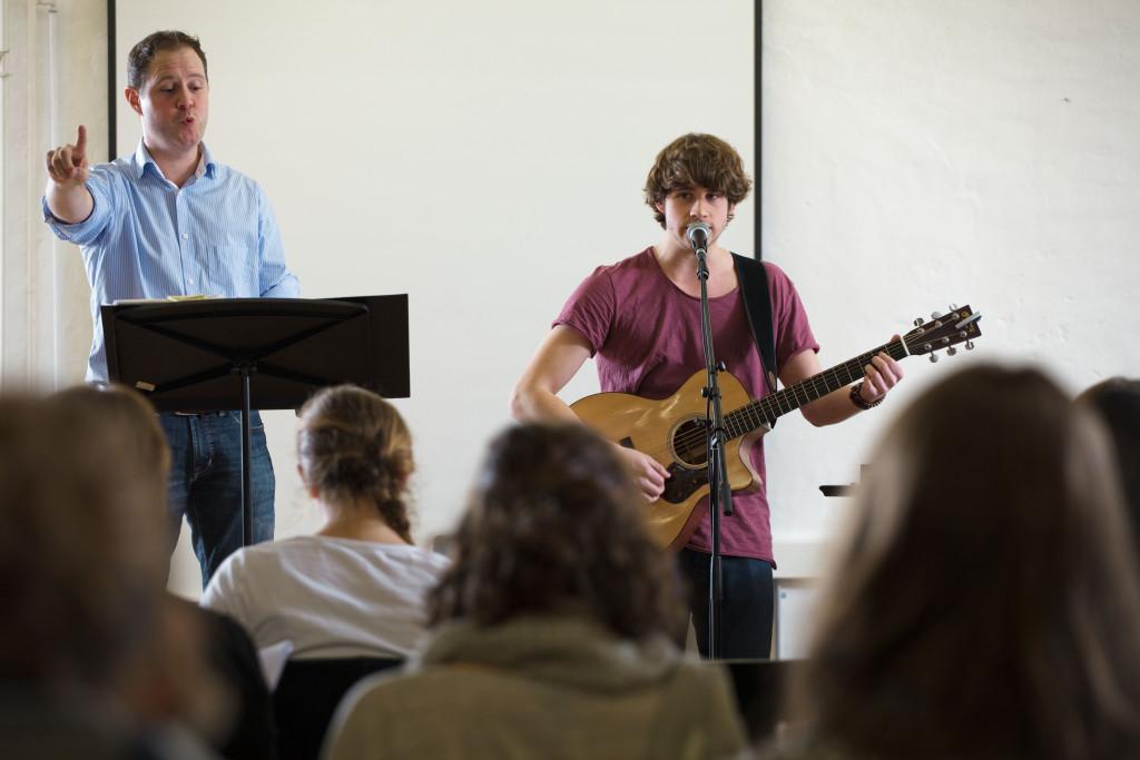 Daniel Thut (links) und Damian Lynn üben gemeinsam mit dem PH Chor.