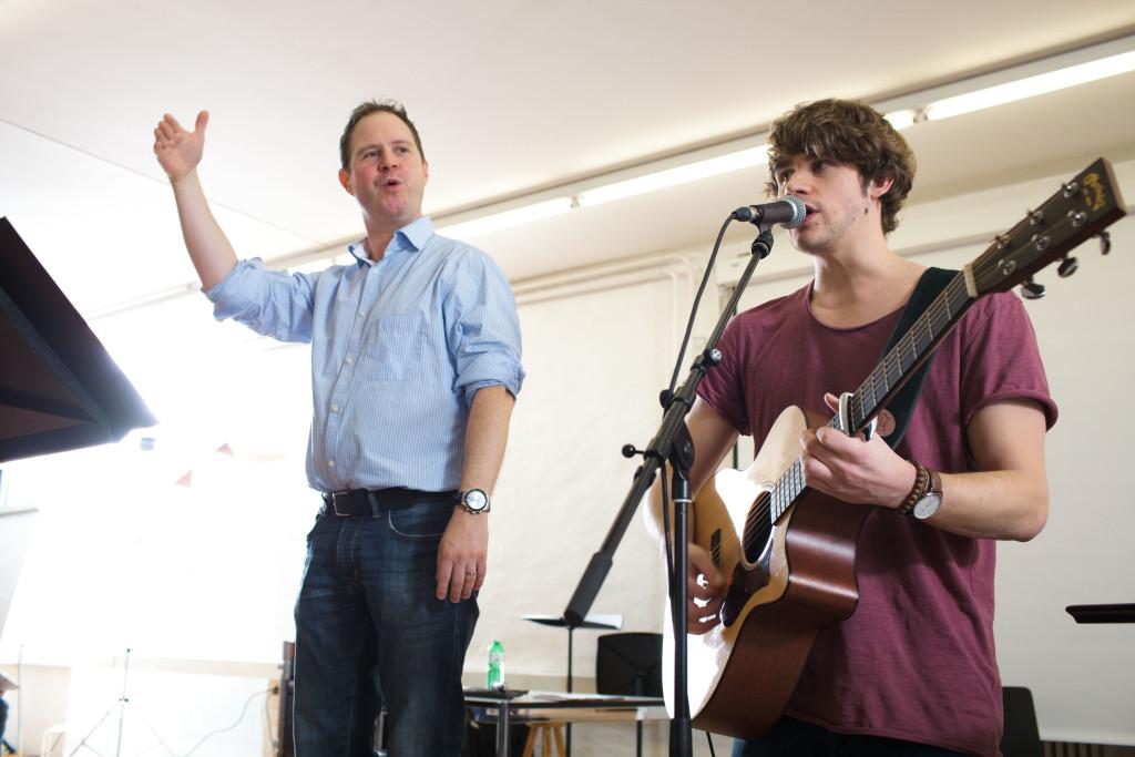 Daniel Thut (links) und Damian Lynn singen gemeinsam mitd em PH Chor «Let the Chips Fall (Where They May)».