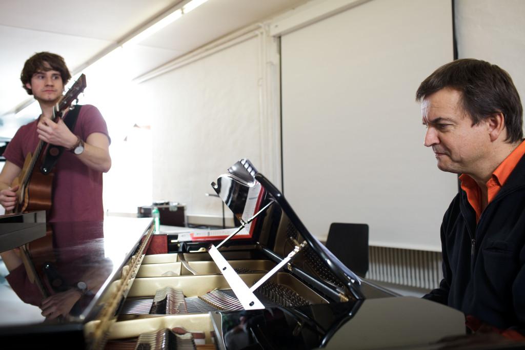Damian Lynn (links) blickt bei der Probe auf seinen ehemaligen Musiklehrer Pirmin Lang, der den Chor am Klavier begleitet.