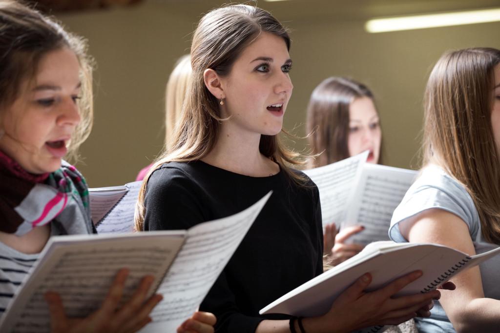 Der PH Chor probt ein Stück des Rockoratoriums «Eversmiling Liberty».