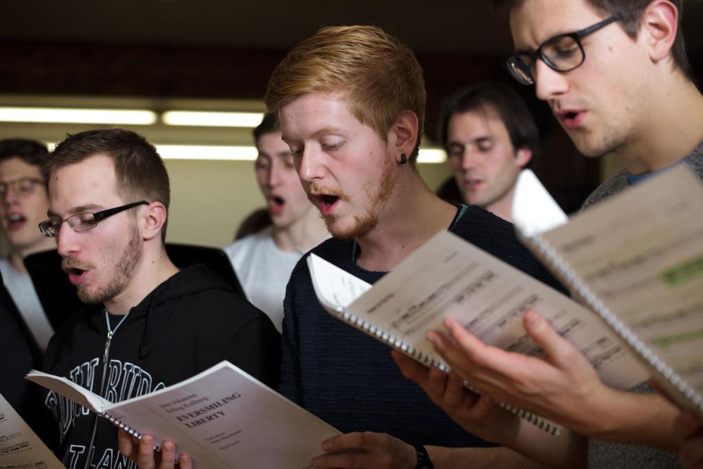 Der PH Chor probt «Eversmiling Liberty».