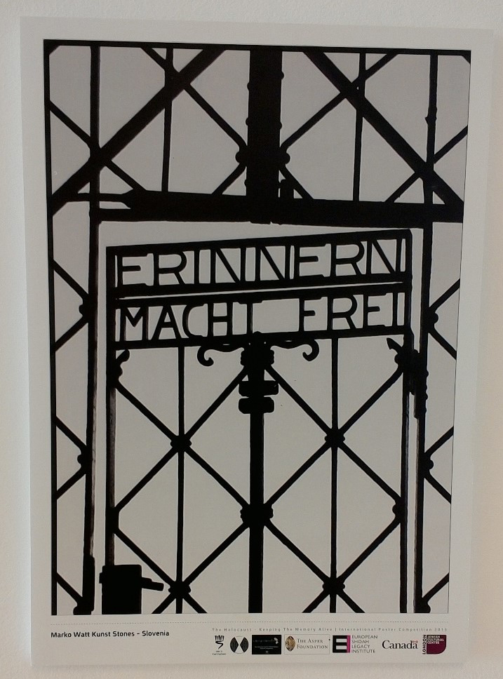 Poster mit dem abgeänderten Tor des Konzentrationslagers im Korridor der ISHS. Foto: Dorothea Weiss