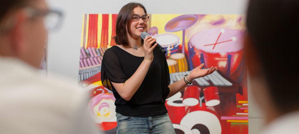 Schülerin präsentiert ihr Projekt